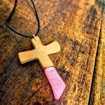 Anhänger aus Epxidharz und Holz in Kreuzform/Pink1